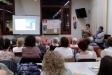 Carme Casas, a la dreta, presenta el llibre 'La poesia del cuidar' a l'audiència de la biblioteca. || CEDIDA