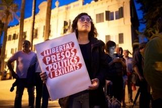 Una de les manifestants concentrades a Castellar portant un cartell demanant la llibertat de presos i exiliats. Q. Pascual