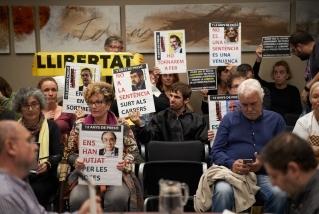 Assistents al ple d'octubre amb cartells de suport als presos. Q. Pascual