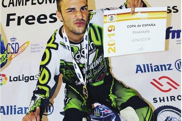 El castellarenc Javi 'Jabato' amb el diploma de campió.