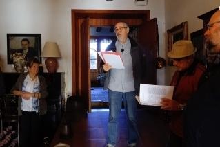 Joan Sellent durant la lectura d'un dels poemes de Joan Arús