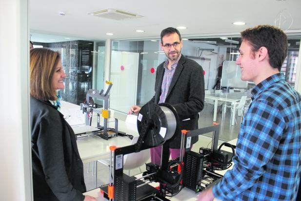 La regidora Anna Mármol i l'alcalde de Castellar, Ignasi Giménez, mirant els models d'impressora 3 D. - J.Rius