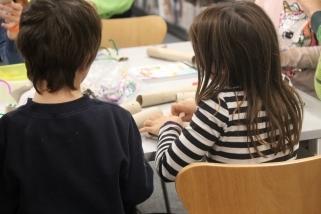 Dos dels participants al taller construint el seu personatge / I. VIZUETE