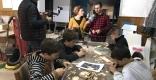 A l'esquerra, Carles Díaz grava en vídeo tot el que dona de si l'entrevista del 'Passeu, passeu' amb Marina Antúnez. || M. MUNTADA