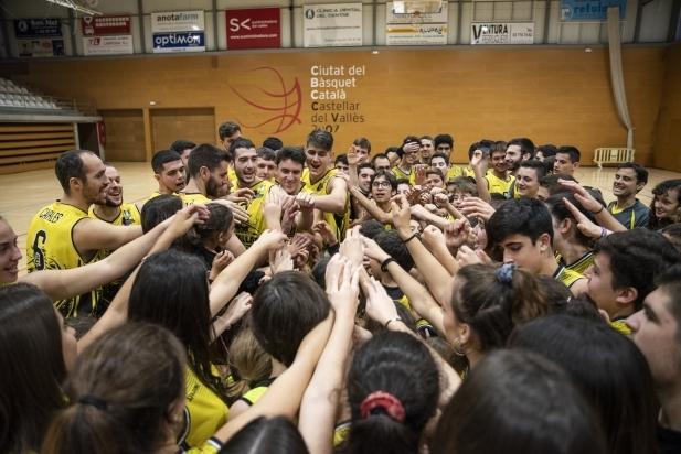 Els jugadors i jugadores del club fent pinya durant la presentació.
