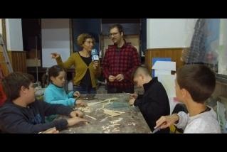 L'Adrià Rodríguez amb els nens i nenes del Taller de pessebres. || C. Díaz