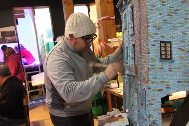 Un pessebrista enllesteix la fase de pintura del diorama que exposa enguany. || JOAN VIVES