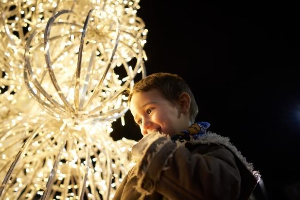 Els nens i nenes han cantat el compte enrere per encendre l'arbre de la plaça del Mercat / Q. Pascual