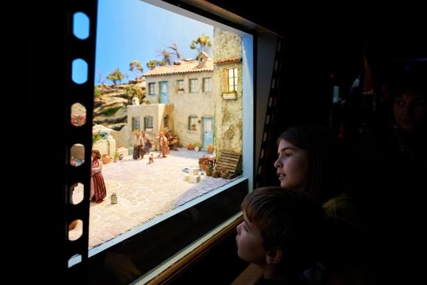 Dos infants es miren el diorama inspirat en la pel·lícula de 'Mamma Mia!'