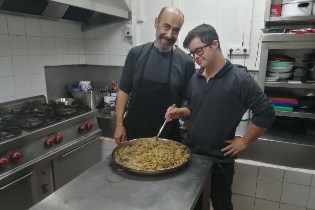L'Ignasi Rehues amb el Marc Font, a la cuina de la Taverna del Gall. CEDIDA