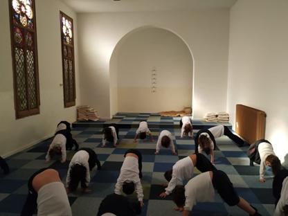 Els alumnes fent relaxació a l'antiga capella