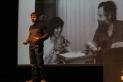 Lluís Gibert, amb una diaposittiva al fons on se'l veu de jove amb el seu pare Josep Gibert. I. Vizuete