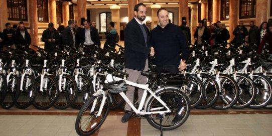 El regidor d'Espai Públic i Manteniment, Pepe Leiva, rep una de les bicicletes