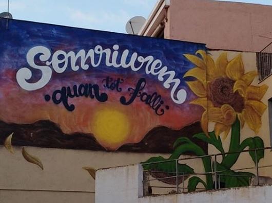El 'graffiti' es pot veure des de la plaça Vella. || #nathurefree (Instagram)