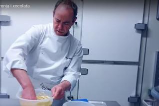 Joan Muntada elaborant un plumcake.