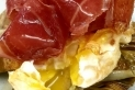 Carxofes del prat, ou ecològic i pernil ibèric, de Carles Calsina.