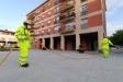 Membres de l'ADF fent tasques de desinfecció a la plaça Europa / Òscar Moreno