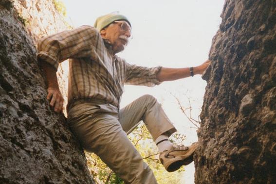 Josep Maria Torras practicant l'escalada.