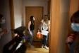 Una de les amigues arriba al domicili on es va fer el sopar de retrobada de 10 amics castellarencs || Q. Pascual