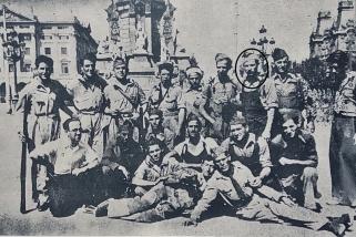 Isidre Planas, segon per la dreta,  amb altres voluntaris que van marxar al Front d'Aragó l'any 1936. || PLAÇA VELLA (n. 9, p. 20)