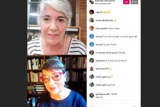 A dalt, la bibliotecària Mònica Mimó, conversant (a sota) amb Gisela Pou, escriptora. || BIBLIOTECA