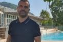 Quico Cano, director del SIGE Sport Castellar, davant la piscina descoberta. || sige