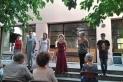 Salutació dels actors i actrius que van protagonitzar els contes LGTBI, aquest dimarts, a la Biblioteca. ||BIBLIOTECA