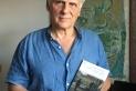 Miquel Desclot, amb la traducció 'La vida l'he castigada vivint-la', de Vincenzo Cardarelli, a les mans. || CEDIDA