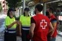Personal de la Creu Roja i agents cíviques que fan accions d'informació a la població sobre la importància de seguir les mesures de protecció per la COVID-19