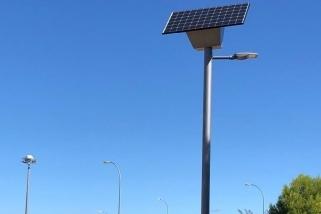 Detall d'un dels fanals que s'han instal·lat a l'Àrea de Passeig del Pla de la Bruguera