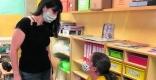 Una estudiant de primària de l'escola Joan Blanquer, amb audiofòn, segueix la classe gràcies a un micròfon enllaçat que duu la seva tutora a classe.  || A.R.