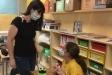 Una estudiant de primària del Joan Blanquer, amb audiofòn, segueix la classe gràcies a un micròfon enllaçat que duu la seva tutora a classe.  || A.R.