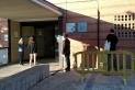 Diverses persones fan cua mantenint la distància de seguretat per accedir al CAP de Castellar.  || M.A.