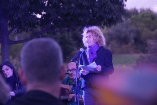 Marina Antúnez, coordinadora de l'activitat 'De veu i vi', presentava l'activitat al Parc de Colobrers. ||C. D.