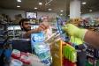 Repartiment d'EPIS a una botiga de conveniència de Castellar