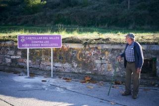 S'han col·locat senyals a diversos punts del poble per conscienciar de la necessitat d'eradicar la violència masclista. || Q. Pascual