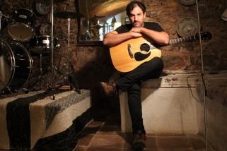 El músic Alan Pardo, a l'espai de Castellar on assaja actualment. || M. ANTÚNEZ