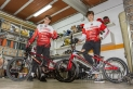 Els germans Sergio (12) i Ian Morillo (16) del BMX Terrassa amb les bicis que fan servir en competició. || A. San Andrés