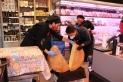 Pierre Ertzscheid obrint la roda de formatge de 40 kg a Cárnicas Merche / C. Domene