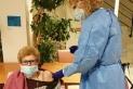 Inès Guinart Climent, una resident de 90 anys de la residència geriàtrica Les Orquídies va ser la primera persona vacunada contra la Covid-19 a Castellar del Vallès. || Cat Salut