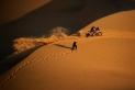 Víctor Cuervo, enmig del desert, fotografiant un pilot en el Dakar 2021 / Kico Moncada