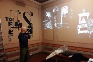 Lluís Campmajó muntant el 'video mapping' al Museu d'Art.