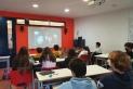 L'artista Lídia Masllorens va oferir una conferència a l'alumnat de l'escola El Casal. || E. AGUILAR