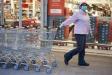 Imatge d'arxiu d'una empleada d'un supermercat de Castellar del Vallès desplaçant diversos carretons durant la seva jornada laboral