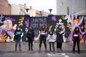 Dones de diferents edats han llegit el manifest del 8-M de Les Carnera davant del mural que han fet diferents artistes aquest cap de setmana