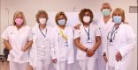 Montse Llort i Paquita Vidal, amb diversos membres de l'equip de vacunació de l'Hospital Taulí - @parctauli