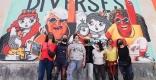 Maria Pichel - amb samarreta groga - amb la resta d'il·lustradores que han participat en aquest projecte d'art urbà i feminisme - CEDIDA