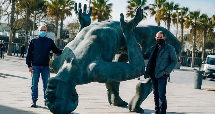 Javier Malavia i el  castellarenc Joan Coderch (a la dreta), amb la seva obra 'Gigante de sal'.    CEDIDA