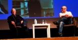 El veterà periodista Tomás Alcoverro i el seu company Plàcid Garcia-Planas, durant la xerrada || AULA