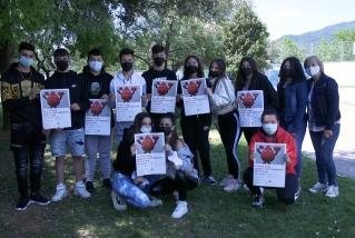 Els alumnes i la tutora de la classe F de 4t d'ESO mostren els cartells que han dissenyat per a la jornada de donació de sang / Carles Díaz